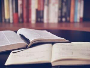 Buch mit Notizbuch